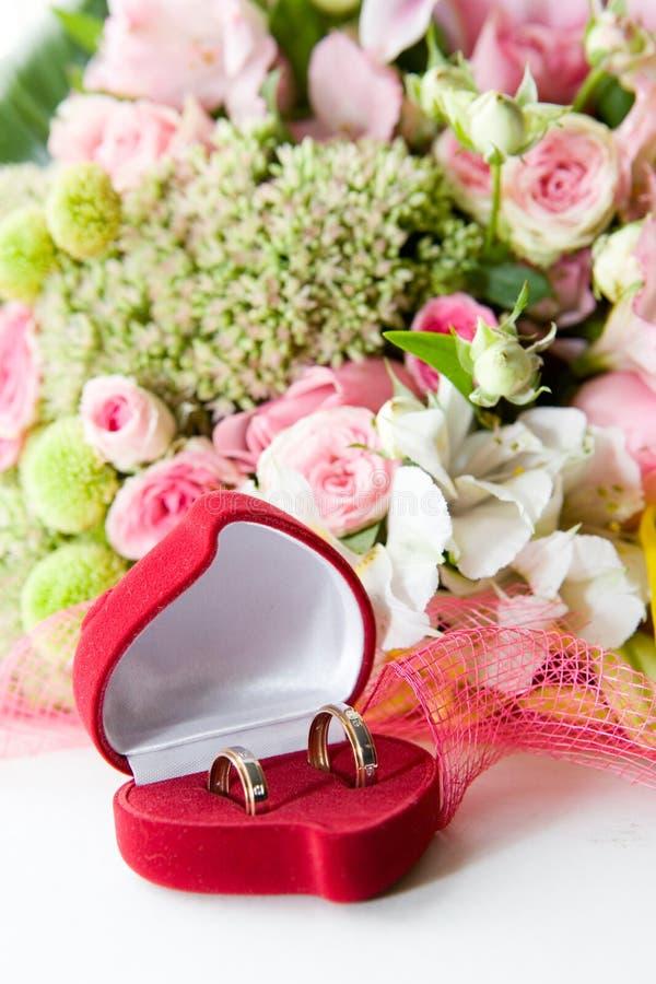 Hochzeitsringe in einem Kasten stockbild
