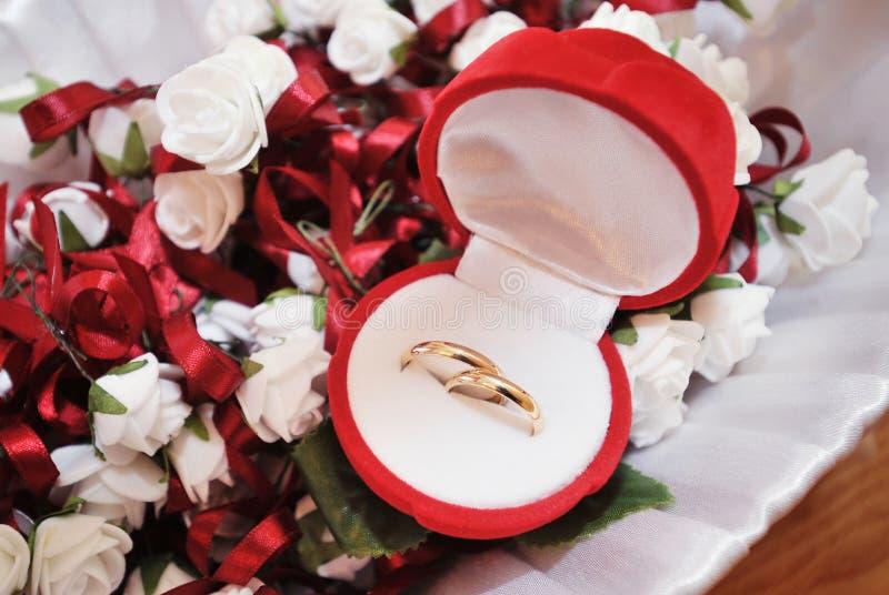 Hochzeitsringe in einem Kasten stockfotos
