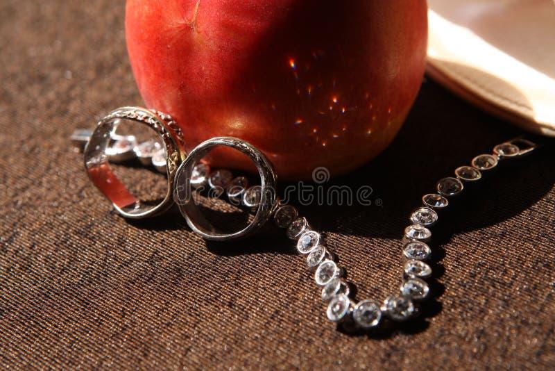 Hochzeitsringe und -armband lizenzfreies stockfoto