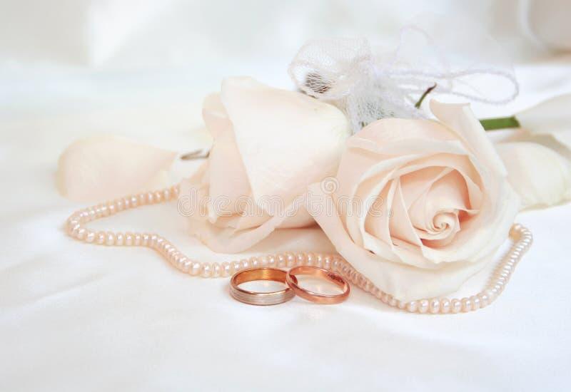 Hochzeitsringe und -rosen stockbilder