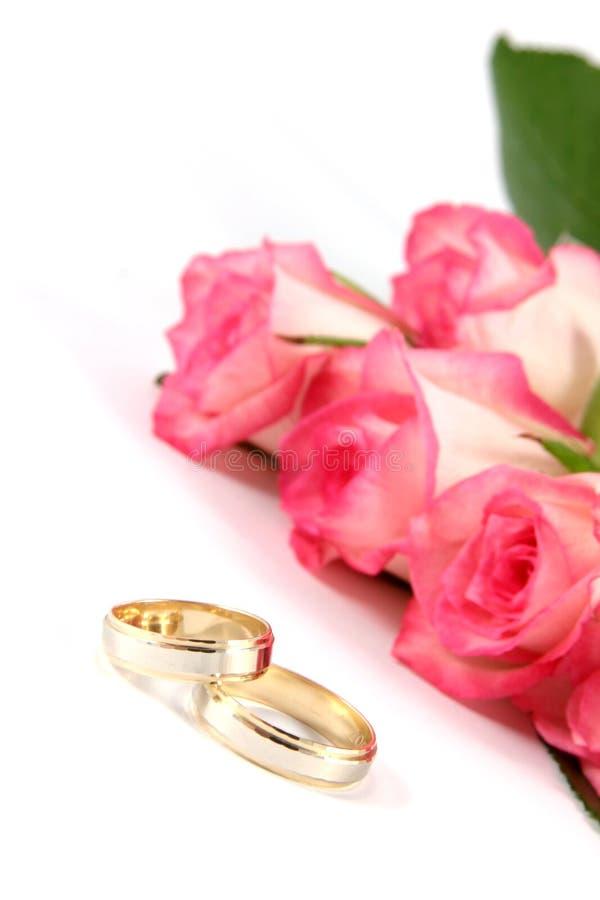 Hochzeitsringe und -rosen lizenzfreie stockfotos
