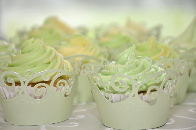 Hochzeitsschale backt Kalk und Zitrone zusammen lizenzfreie stockfotografie
