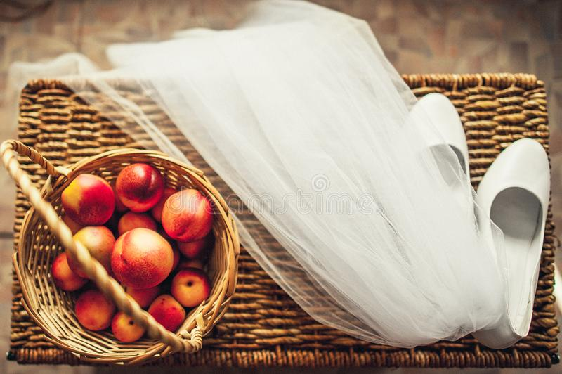 Hochzeitsschleier, -schuhe und -frucht lizenzfreie stockbilder