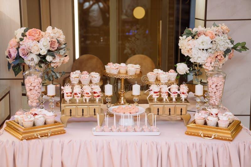 Hochzeitsschokoriegel, Tabelle mit Bonbondekoration mit köstlichen Kuchen und Nachtisch lizenzfreies stockbild
