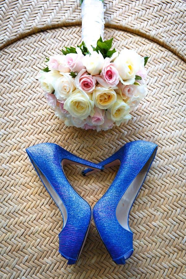 Hochzeitsschuhe und der Blumenstrauß, Liebes-Herz lizenzfreie stockbilder