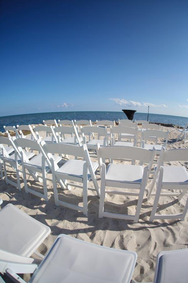Hochzeitsstühle auf Strand lizenzfreies stockfoto
