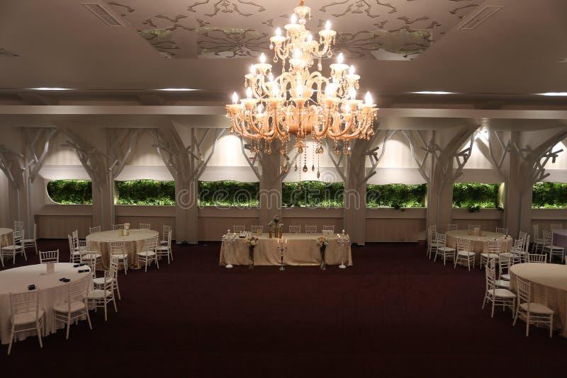 Hochzeitsstühle in einem Party- oder Ereignisballsaal lizenzfreie stockbilder