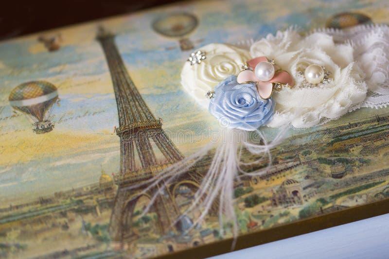 Hochzeitsstrumpfband für Braut auf dekorativem Kasten mit Eiffelturm lizenzfreie stockfotografie