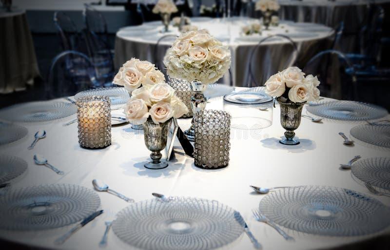 Hochzeitstafel, die Platzierung mit Rosen speist lizenzfreies stockbild