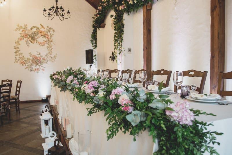Hochzeitstafel für Gäste vor Zeremonie lizenzfreie stockfotografie