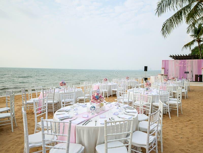 Hochzeitstafel gründete an der Strand-Hochzeits-Zeremonie auf dem Strand mit stockfoto