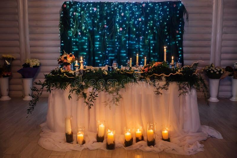 Hochzeitstafel mit Grüns und Kerzen lizenzfreies stockbild