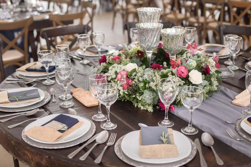 Hochzeitstafeldekor in den grauen Tönen stockfotos