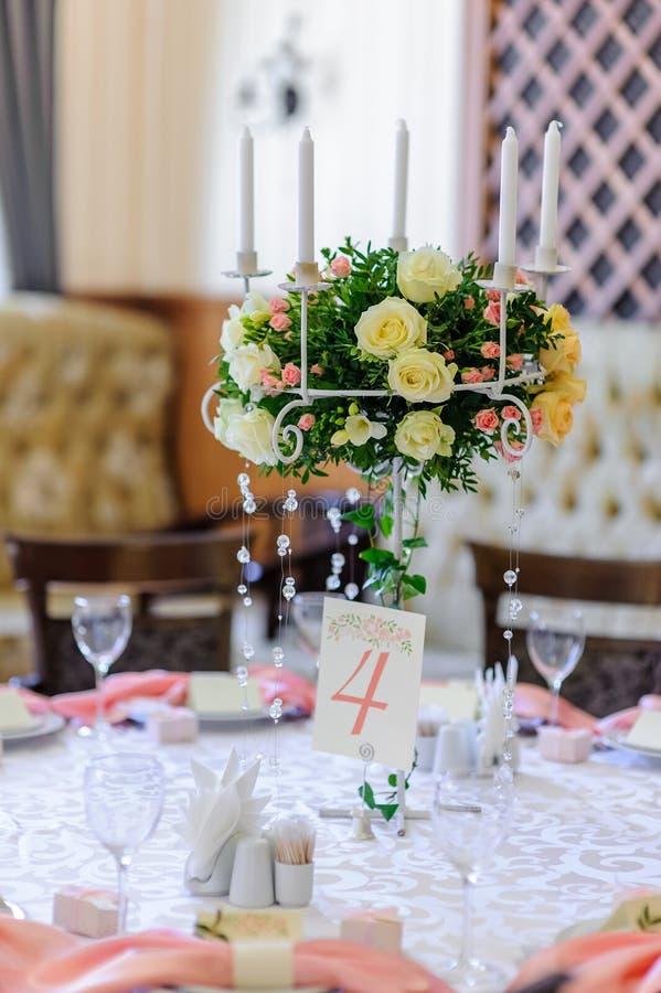 Hochzeitstafeldekoration und Blumenmittelstück lizenzfreie stockbilder