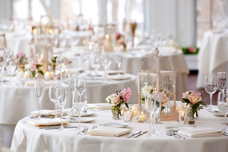 Hochzeitstafeldekorations-Reihe - Hochzeitstafeln eingestellt für das feine Speisen stockfotos