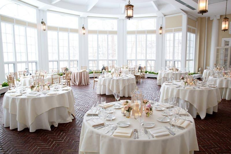 Hochzeitstafeldekorations-Reihe - Tabellen eingestellt für schönes versorgtes Luxusheiratsinnenereignis stockfoto