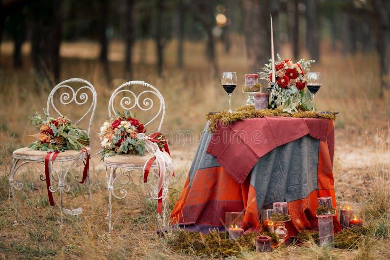 Hochzeitstafeleinstellung in der rustikalen Art lizenzfreies stockfoto