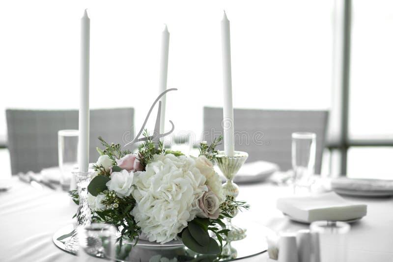 Hochzeitstafeleinstellung ist verzierte mit frischen Blumen und weißen Kerzen Heirat floristry Blumenstrauß mit Rosen, Hortensie  stockbilder