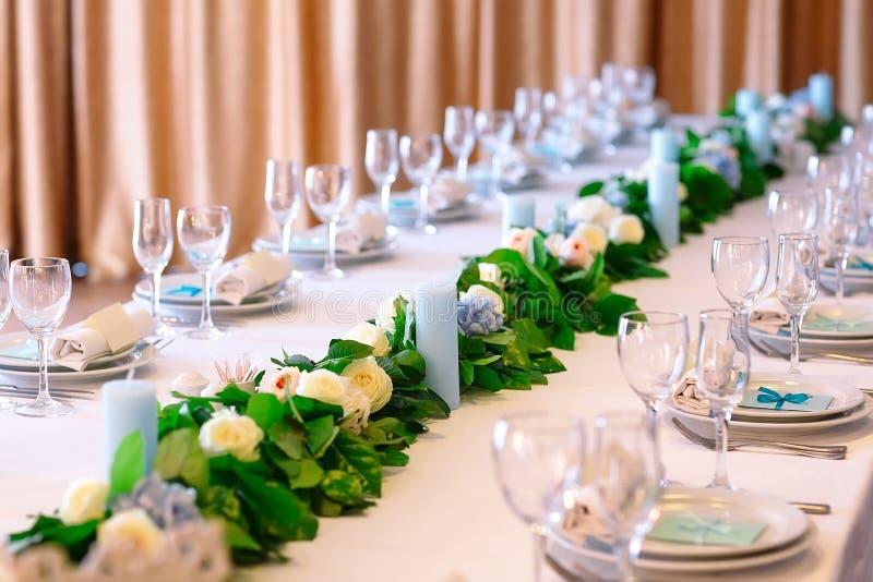 Hochzeitstafeleinstellungen Leere Platten und Gläser auf einer weißen Tischdecke lizenzfreies stockfoto