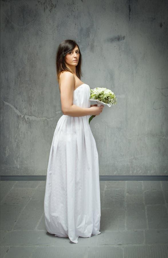 Hochzeitstagprofilansicht und -blumenstrauß stockbild