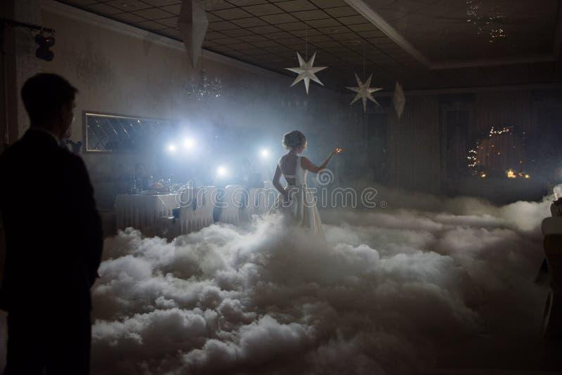 Hochzeitstanz der Braut und des Bräutigams Der erste Tanz der Braut und des Bräutigams an der Hochzeit lizenzfreie stockfotografie