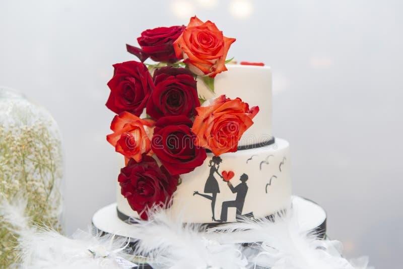 Hochzeitstorte auf dem Schreibtisch der Braut lizenzfreie stockfotografie