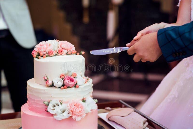 Hochzeitstorte an der Hochzeit auf dem Tisch lizenzfreies stockfoto