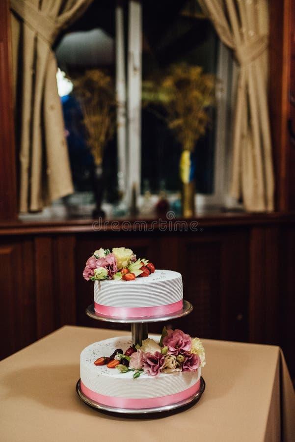 Hochzeitstorte an der Hochzeit auf dem Tisch lizenzfreie stockfotografie