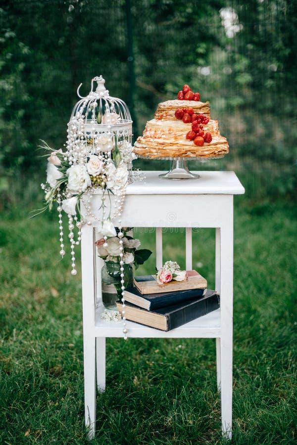 Hochzeitstorte an der Hochzeit auf dem Tisch lizenzfreie stockbilder