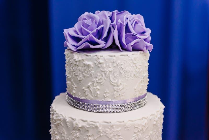 Hochzeitstorte mit purpurroten Blumen, Hochzeitstorte stockbilder