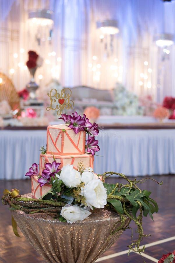 Hochzeitstorte mit 3 Reihen mit Blumen- und Blattdekoration lizenzfreie stockbilder