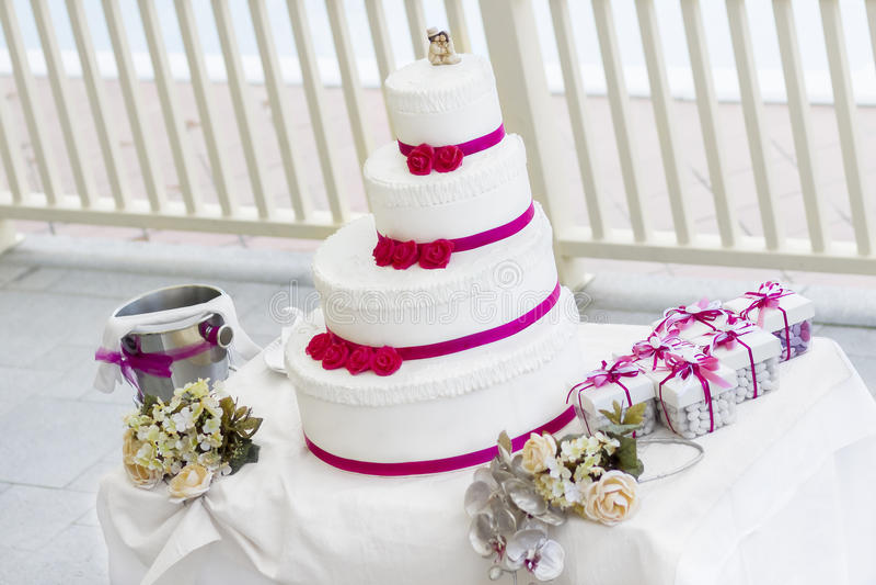 Hochzeitstorte mit Rosen lizenzfreie stockfotos