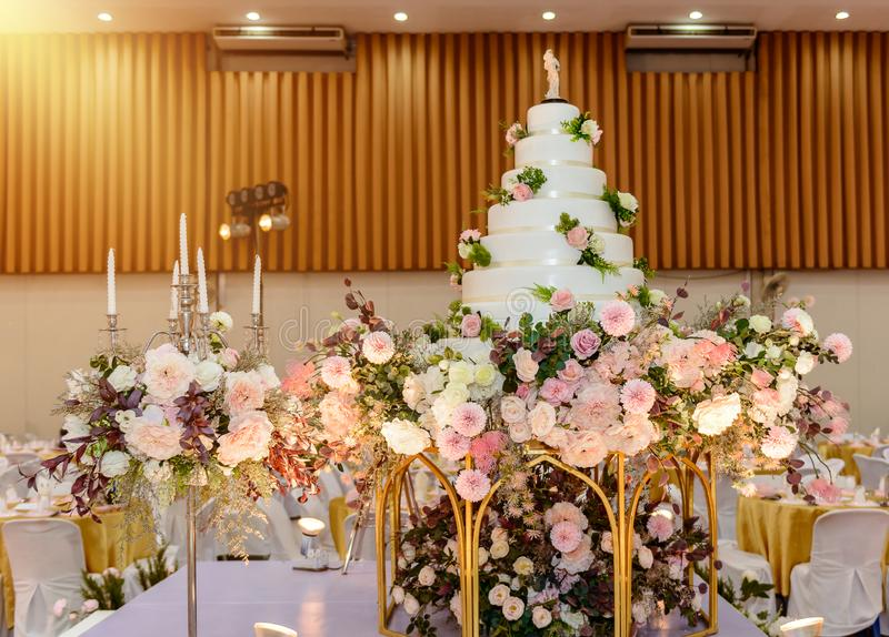 Hochzeitstorte mit verziert mit Blumen und Kerzenständer an der Trauung stockbilder
