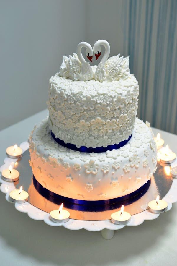 Hochzeitstorte verziert mit Schwänen stockfotos