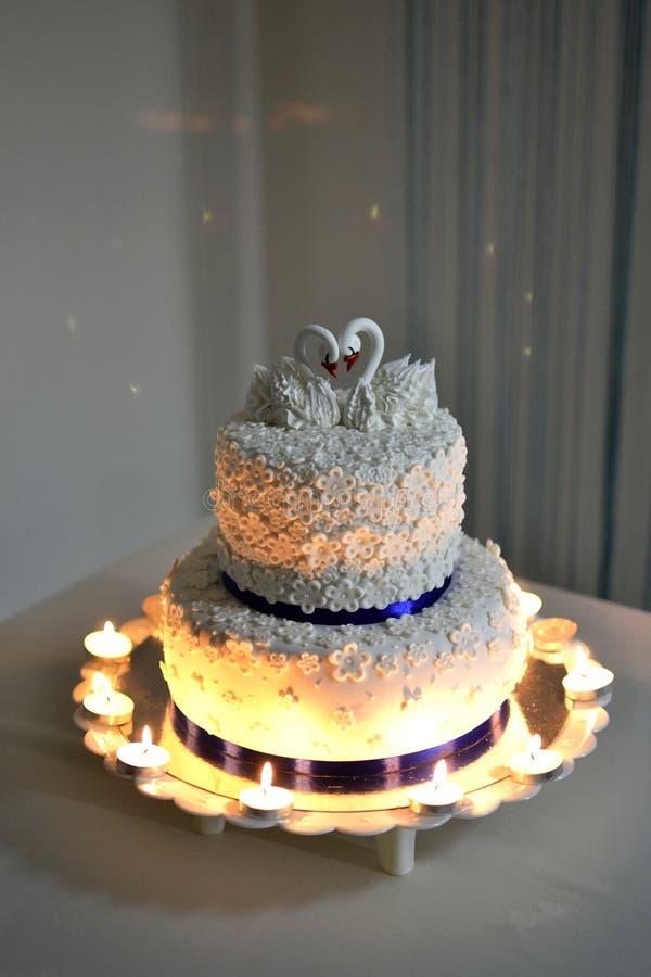 Hochzeitstorte verziert mit Schwänen lizenzfreies stockfoto