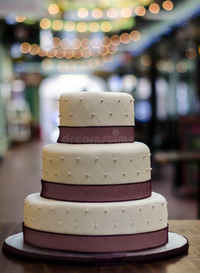 Hochzeitstorte weißer Burgunder mit drei Reihen lizenzfreie stockbilder
