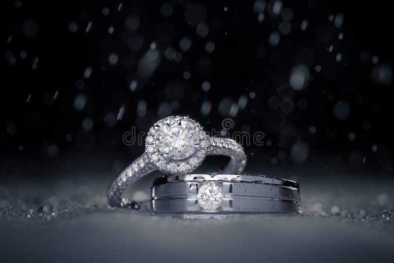 Hochzeitsverpflichtungs-Diamantringe mit Wassertropfen stockfoto