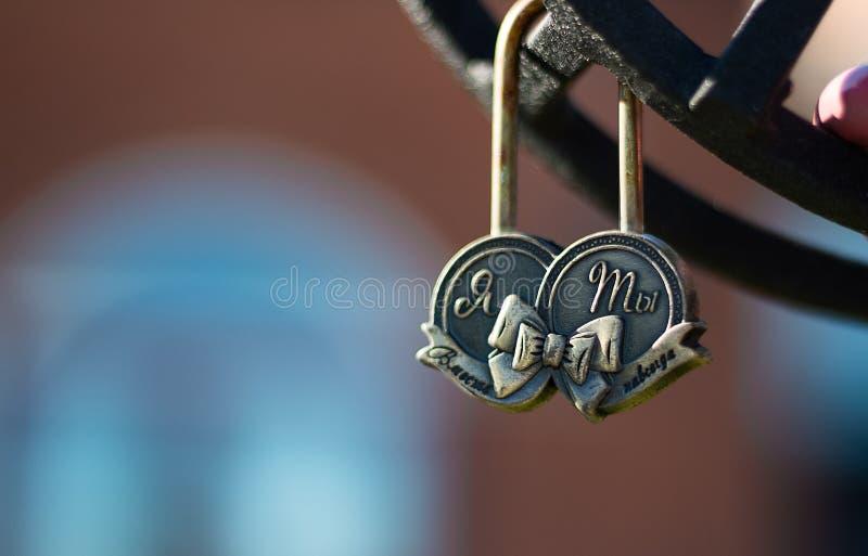 Hochzeitsverschluß auf einem Metall, das auf Brücke in Park Symbol der Liebe ficht lizenzfreie stockfotos