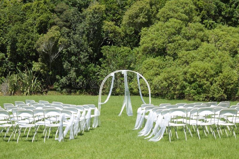 Hochzeitszeremonie auf grünem Rasen im Garten lizenzfreie stockfotografie