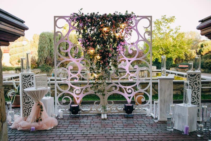 Hochzeitszeremonie-Bogendekor auf blauem Hintergrund Schöne Hochzeitsblumendekorationen lizenzfreies stockfoto