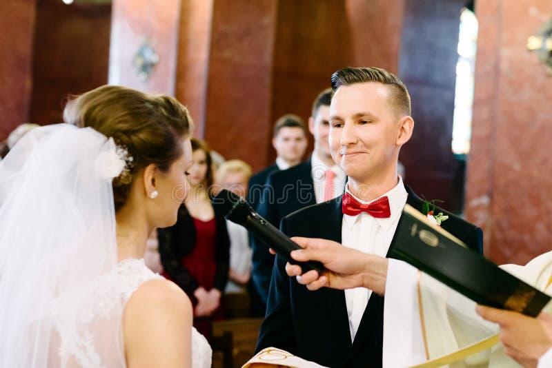 Hochzeitszeremonie in der katholischen Kirche stockfotografie