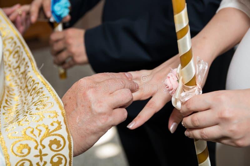 Hochzeitszeremonie in der Kirche stockfoto