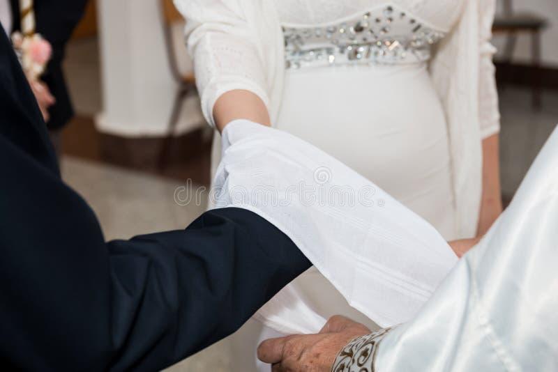 Hochzeitszeremonie in der Kirche stockbild