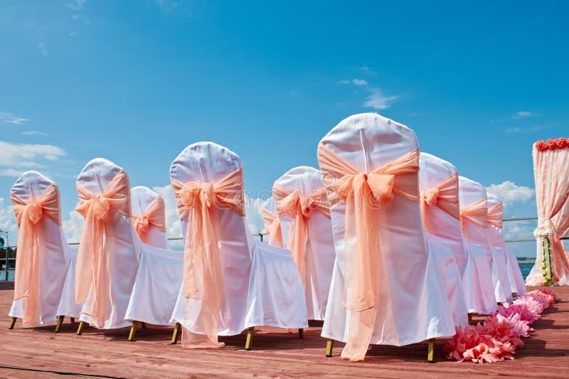 Hochzeitszeremonie in der Marineart in der korallenroten Farbe stockfotos
