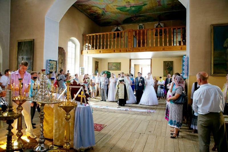 Hochzeitszeremonie in der Russisch-Orthodoxen Kirche lizenzfreie stockfotos