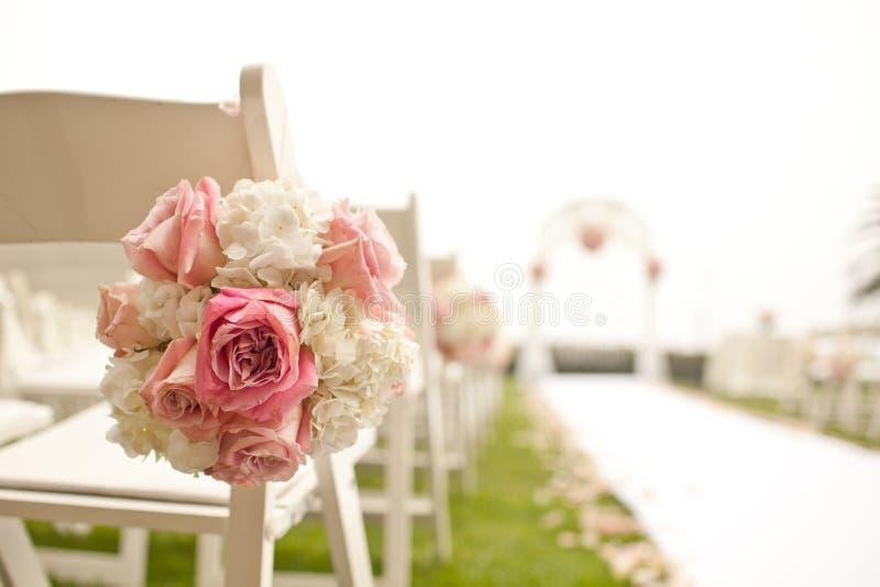 Hochzeitszeremonie im Garten lizenzfreies stockfoto
