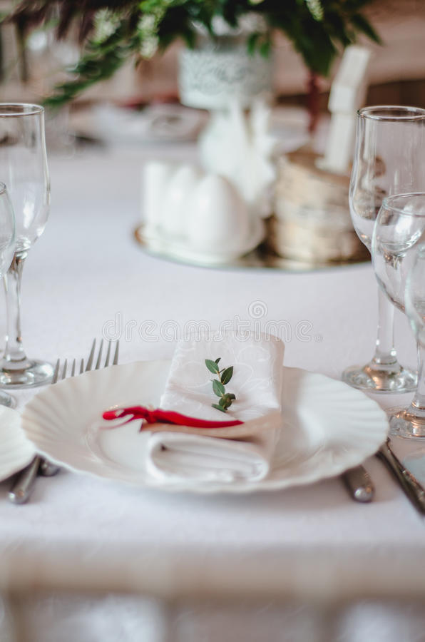 Hochzeitszeremoniedekoration im restoraunt Die Zusammensetzung des grünen Zweigeukalyptus blüht auf festlicher Tabelle mit weißer stockfoto