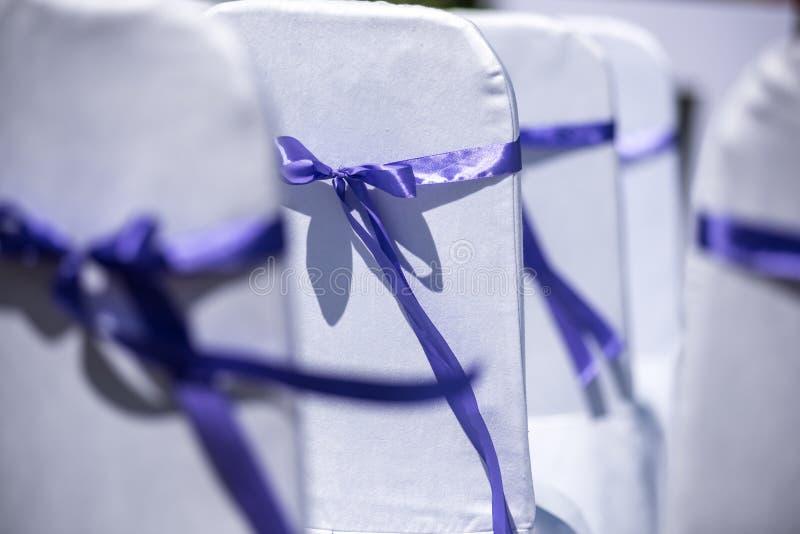 Hochzeitszeremoniestühle stockbilder