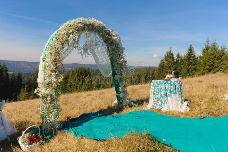 Hochzeitszeremonieszene im Freien auf einem Berghang lizenzfreie stockbilder