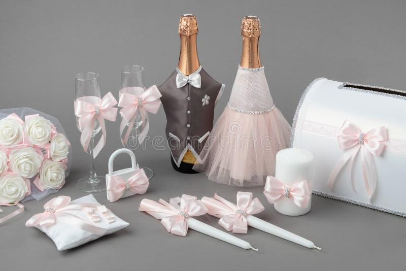 Hochzeitszusätze: verzierte Flaschen Champagner, Weingläser, Kerzen, Kasten für Geld, Hochzeitsverschluß, Blumenblumenstrauß lizenzfreies stockfoto
